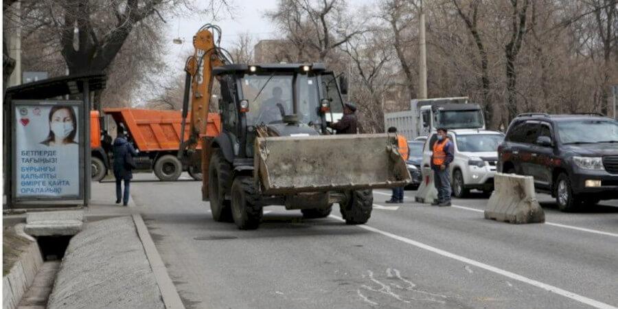 На дорогах Алматы устранено свыше двух тысяч дефектных участков на 242 улицах