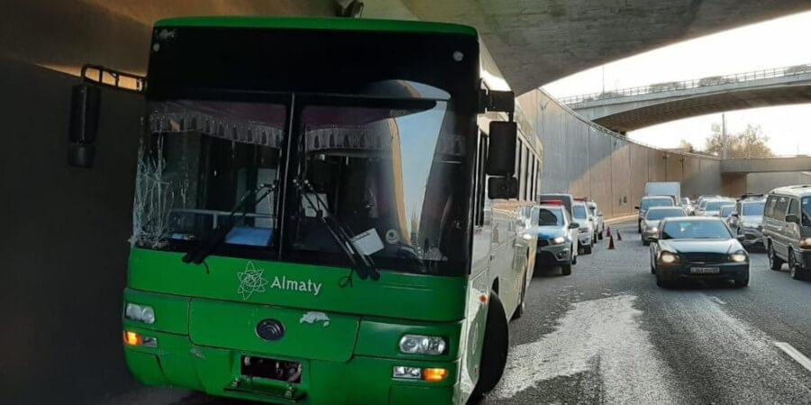 Автобус врезался в бетонную стену развязки, пытаясь избежать столкновения с другим автобусом