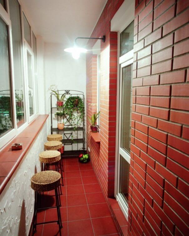 подоконник на балконе можно превратить в стол